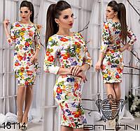 Облегающее трикотажное платье с ярким цветочным принтом .
