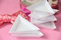 Треугольная пластиковая емкость для страз