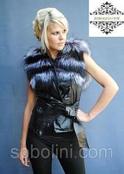 Короткий кожаный жилет из меха финской чернобурой лисы и черной северной лисы на кожаных завязках
