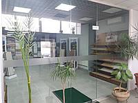 Офисная стеклянная перегородка с распашной дверью