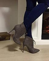 Женские короткие ботинки на высоком каблуку 11 см, декор шнуровка. Цвет серый