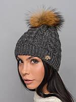Зимняя шапка крупной вязки с меховым бубоном серого цвета