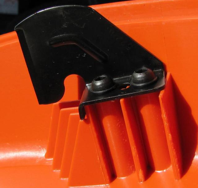 Нож отсекатель лески на универсальном защитном кожухе мотокосы Husqvarna 128 r