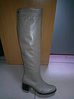 Демисезонные женские кожаные ботфорты светло-бежевого цвета