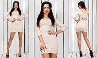 Женское короткое в обтяжку трикотажное платье с запахом на спине с рукавом три четверти цвета пудры