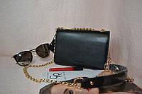 Черная сумка с ручкой на цепочке