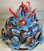 """Композиция торт букет из сладостей шоколада и бисквитов """"Барни"""" с фигуркой супергероя"""