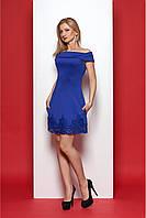 Модное короткое платье цвета электрик с обнаженными плечами