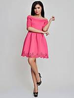 Женское короткое платье с открытыми плечами