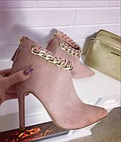 Женские короткие замшевые ботинки на высоком каблуку 10 см, декор цепочка. Цвет пудра