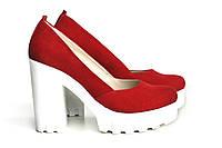 Замшевые красные туфли-лодочки на высокой белой платформе с каблуком