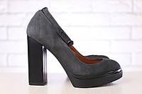 Замшевые серые туфли с ремешком на высоком каблуке