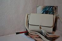 Бежевая сумка с ремнем через плече