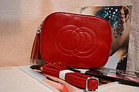 Стильная красная сумка на ремешке