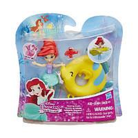 Маленькая кукла принцесса, плавающая на круге