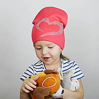 Демисезонная шапка с сердцем на девочку