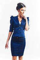Костюм в деловом стиле приталенного силуэта - пиджак и юбка