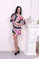 Яркое женское платье с цветным принтом