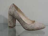 Туфли женские кожаные на каблуке рептилия бежевая