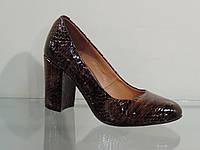 Туфли женские лаковые натуральные на каблуке коричневые