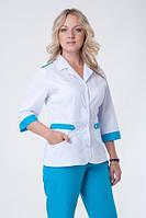 Приталенный женский медицинский костюм, белый верх, бирюзовый низ.