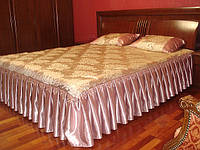 Декоративное покрывало и подушки.