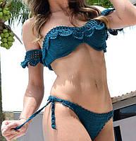 Вязаный крючком купальник - бикини с ажурными фестонами и пристегным рукавчиком