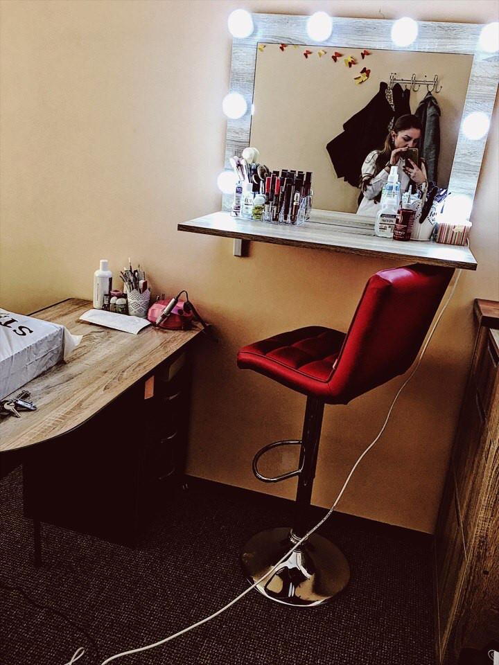 Зеркало для визажиста, парикмахера с широкой полочкой.