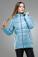Утепленная демисезонная куртка голубого цвета.
