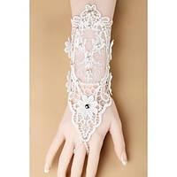 Белого цвета свадебные кружевные перчатки