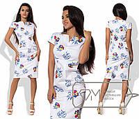 Платье-футляр миди приталенное из коттона с коротким рукавом и щелевым распахнутым вырезом