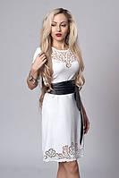Праздничное белое платье с перфорацией на груди и кожаный пояс на талии