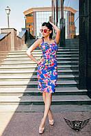 Цветастое приталенное платье на лямках синее