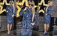 Платье на пуговицах, с воротником-стойкой, тонким поясом, который подчеркивает линию талии, и двумя карманами.