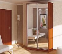Небольшой зеркальный шкаф