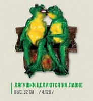 """Садовая фигурка """"Влюбленные лягушки на лавке"""". Высота 32 см"""