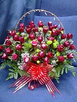 """Корзина  из конфет с живыми цветами """"Сладкая корзина"""""""