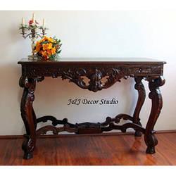 Деревянный стол с элементами ручной резьбы