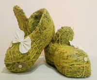 Ботинки средние зеленые из сена.