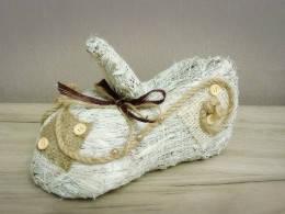Ботинок малый белый из сена.