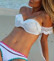 Белый вязаный крючком купальник - бикини с ажурными фестонами и пристегным рукавчиком