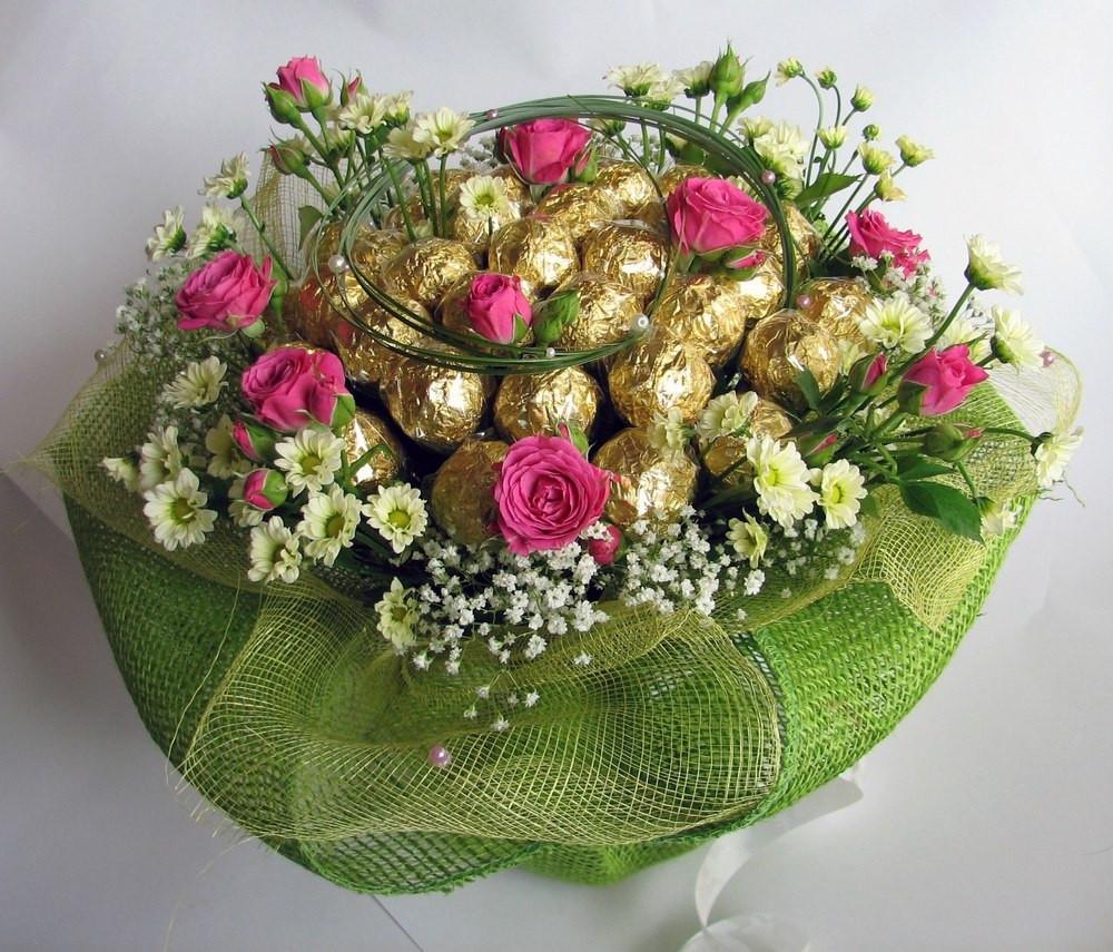 """Букет из живых цветов и конфет Ферреро Роше  """"Весенний поцелуй"""""""