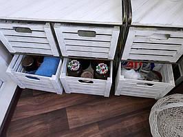 В таких глубоких ящиках практичной хозяйке удобно сохранять как консервацию, так и овощи.