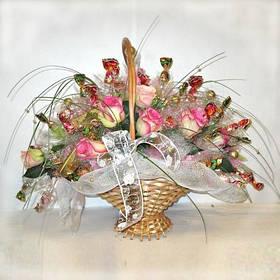 """Корзина из конфет и живых цветов  """"Бесконечная любовь"""""""