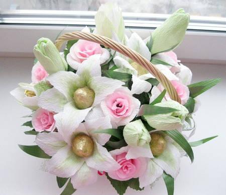 """Корзина роз и лилий из конфет """"Северное сияние"""""""