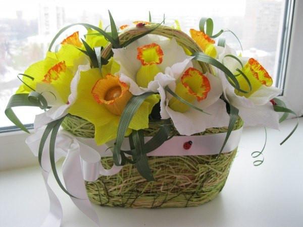 """Корзина из конфетных цветов """"Нарциссы"""". Букет конфет для любимой, коллеги, подруге."""