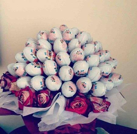 """Букет из конфет """"Киндер Сюрприз"""" с живыми розами"""