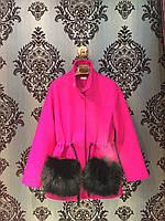 Малиновая короткая куртка на кулиске с черным мехом на карманах