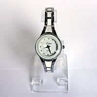 Женские наручные  часы с металлическим  браслетом под серебро.