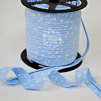 Косая бейка из хлопка с белыми цветочками на голубом фоне (18 мм ширина).